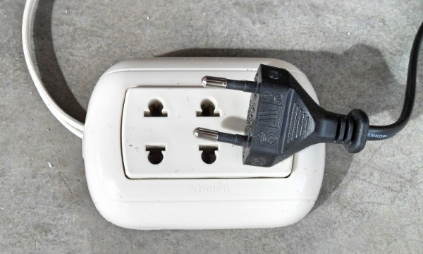 Plug and electrical outlet in Peru
