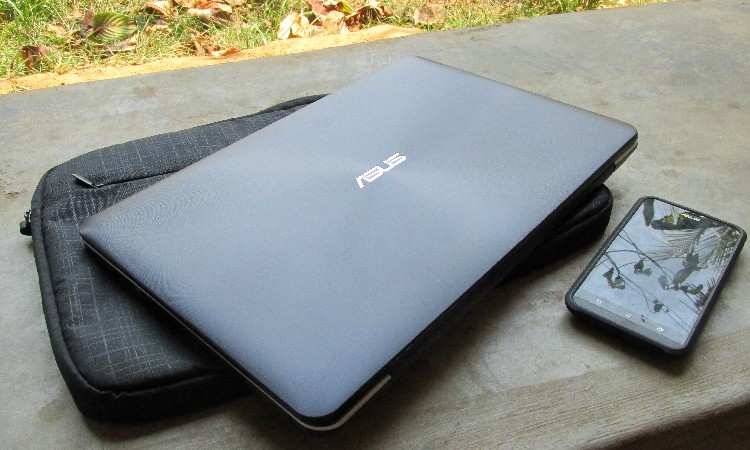 Laptop and smartphone for Peru