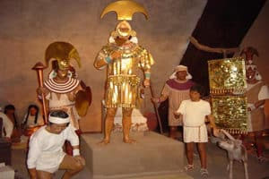 Lord of Sipan Peru - Statues and figures of the sipan dressed in gold with artefacts and his helpers