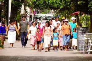 Peruvian slang words and phrases - latino family walking together